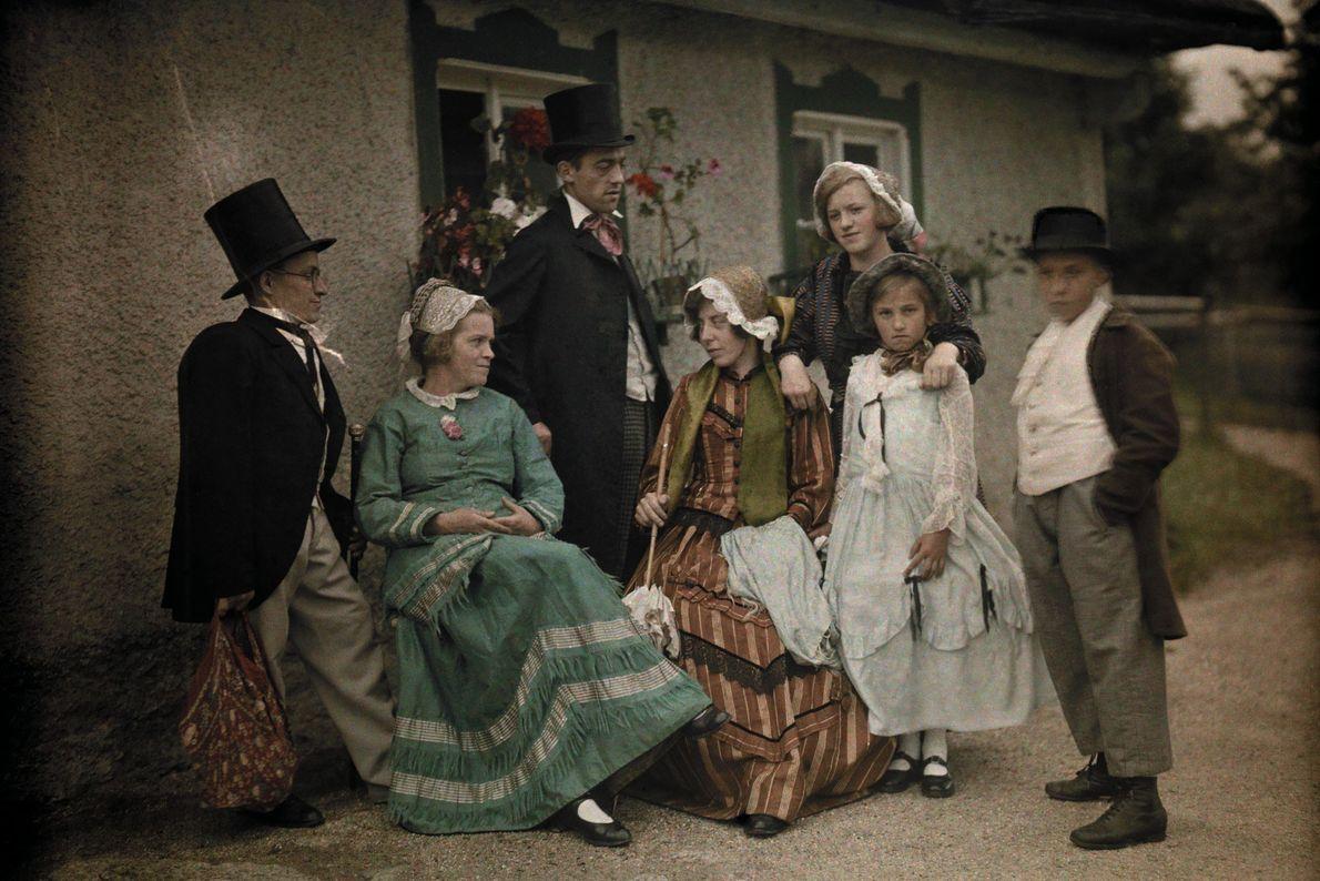 Mehrere Generationen einer Familie posieren für ein Porträt vor ihrem Haus in Schreiberhau im damals deutschen ...