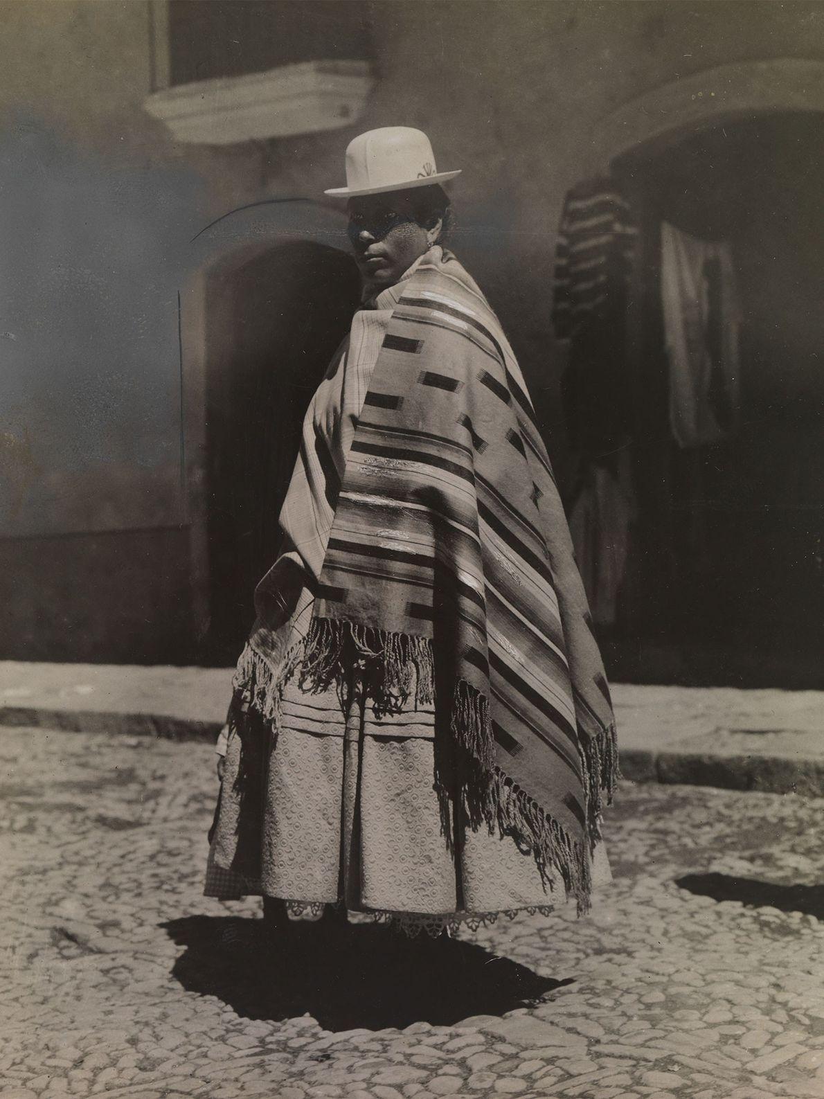Eine Nachfahrin europäischer und indigener Bewohner Südamerikas trägt einen weißen Hut, der an eine Melone erinnert ...