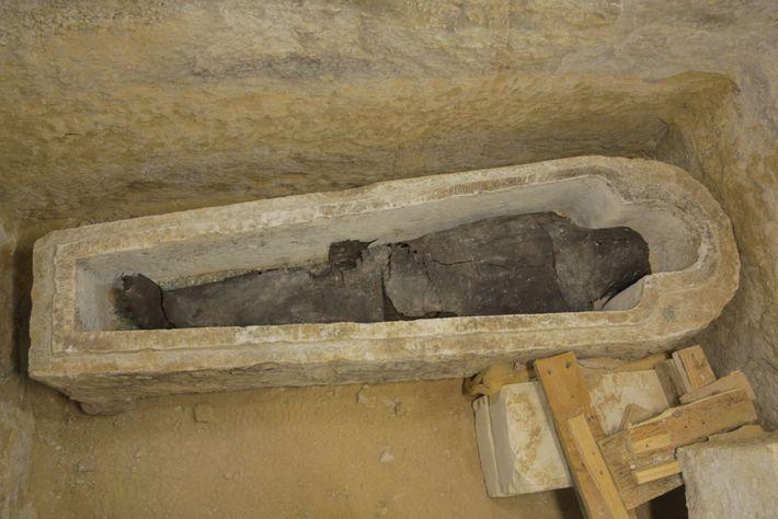 Ein Priester namens Ayput wurde in einem steinernen Sarkophag beigesetzt. Die Bandagen der Mumie wurden mit ...