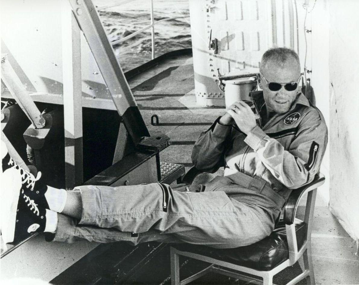 John Glenn entspannt sich an Bord der USS Noa, nachdem er nach seinem historischen Mercury-Flug aus ...