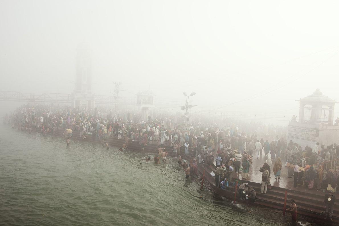 Hindus gehen in den Ganges, um zu baden.