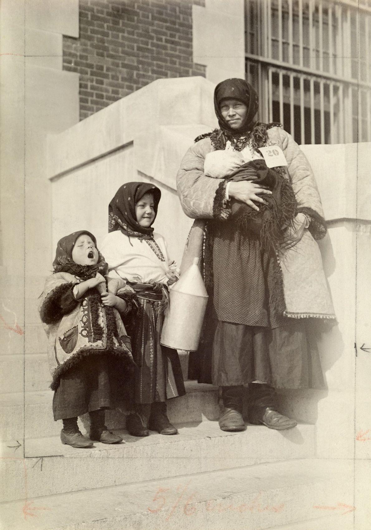 Eine walachische Immigrantin mit ihren drei Kindern.
