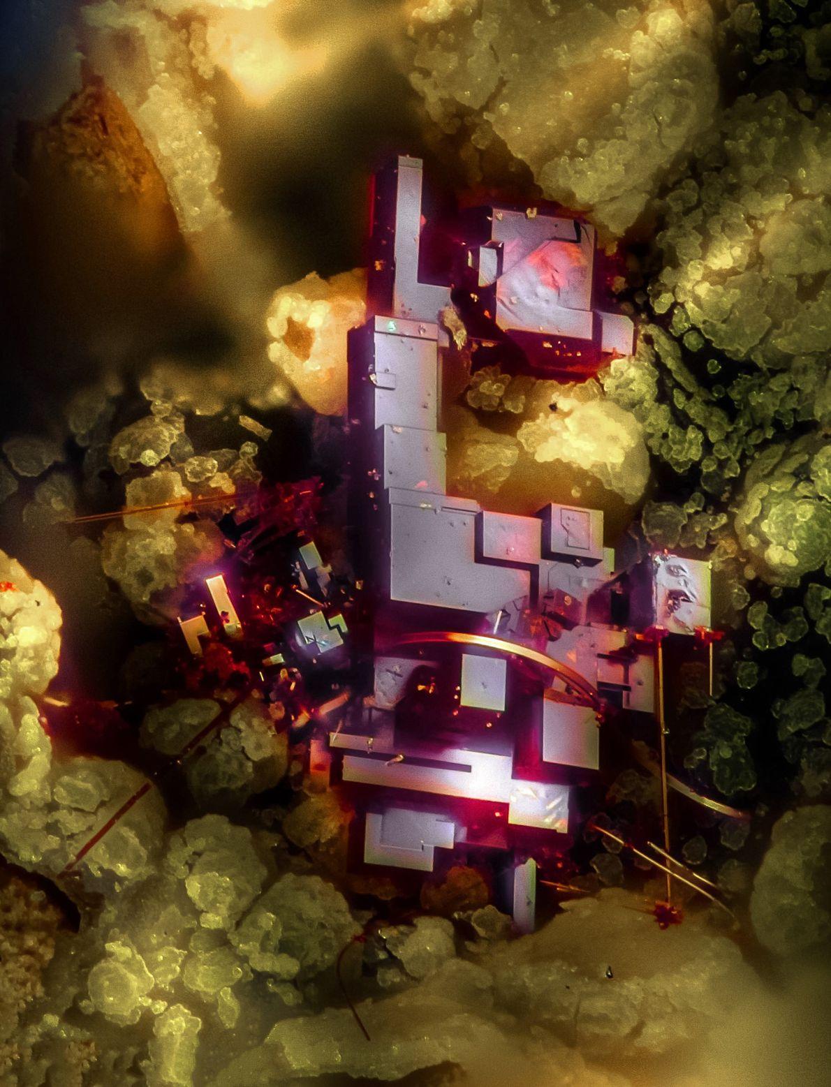 Dieser rote Kristall, der fast wie ein abstraktes Bauwerk wirkt, ist ein Kupferoxid namens Culprit und ...