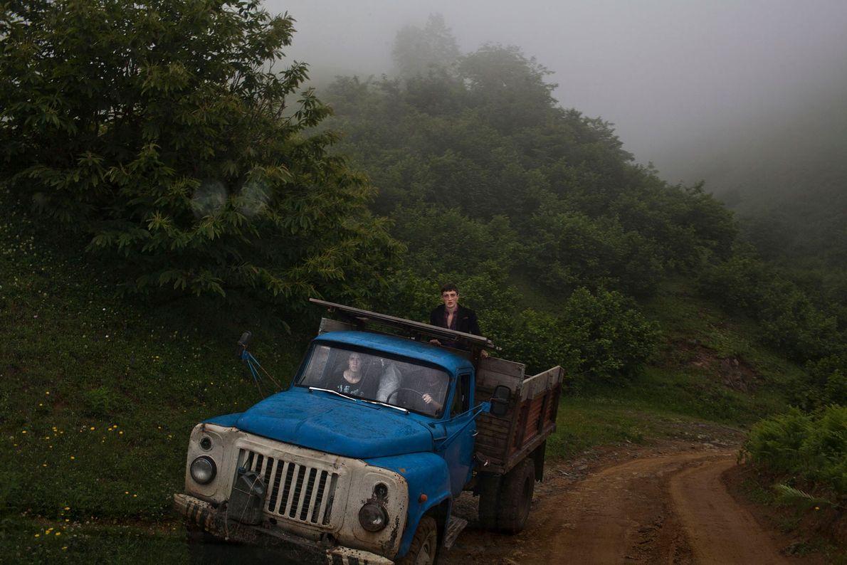 Foto eines blauen Lastwagens auf einem Feldweg
