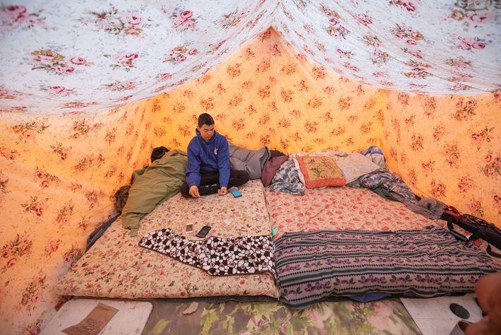 : Lloyd Willie gönnt sich eine Pause von der Jagd im Zelt seiner Familie in Nuvukutaak, ...