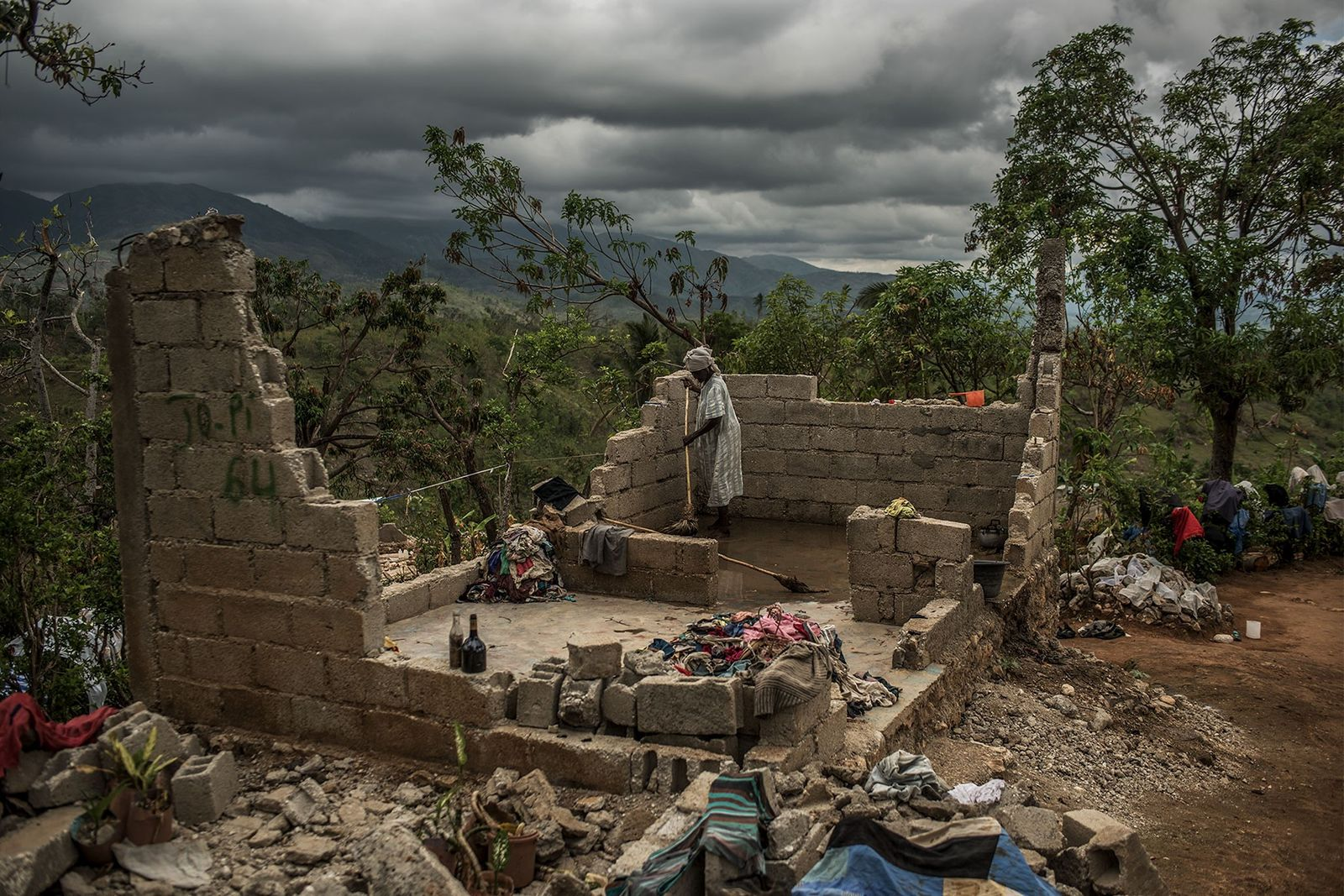 Rose Dena (85) versucht die Überreste ihres Hauses in den Bergen im Süden von Haiti zu ...
