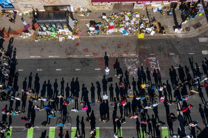 Die Straße, auf der George Floyd starb, wurde mit Kreidebotschaften bemalt. Blumen, Kerzen und Bilder zieren ...