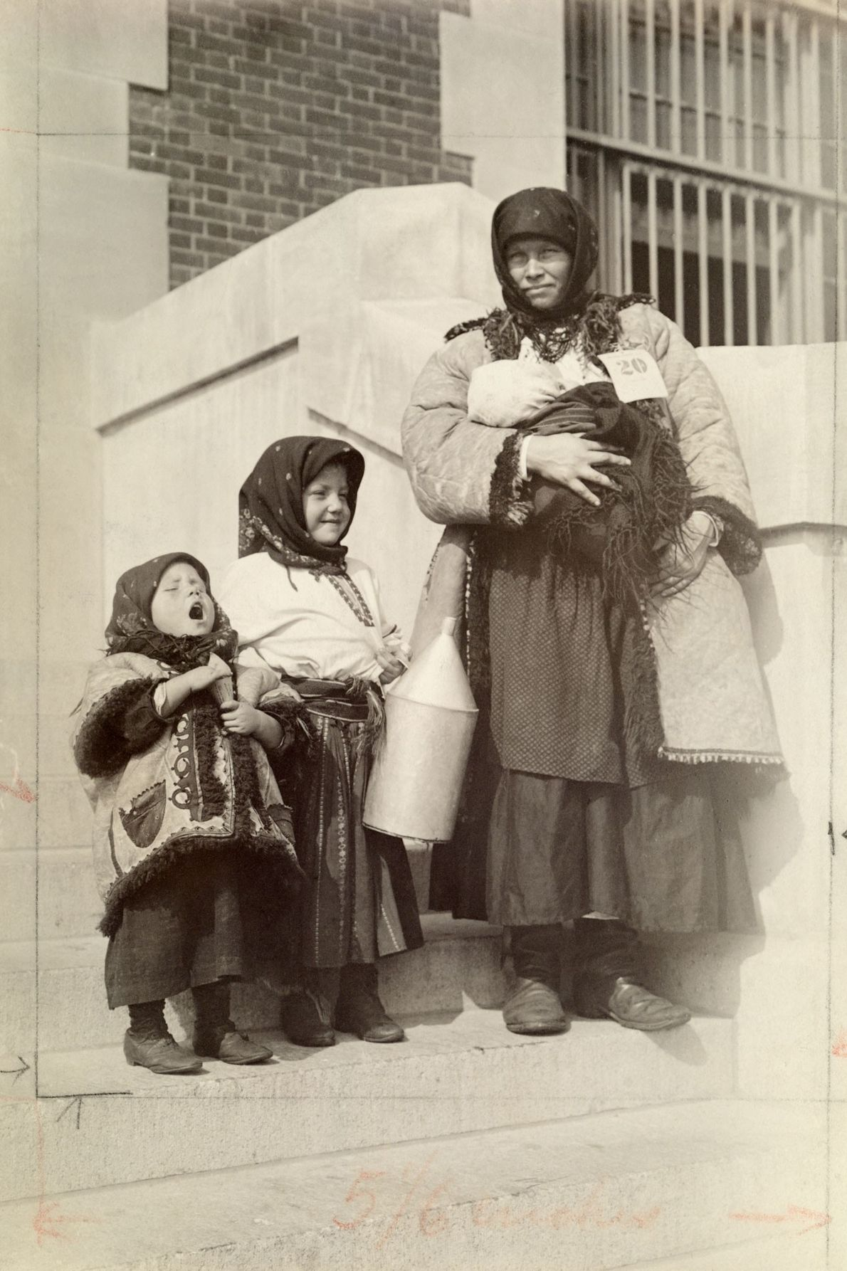 Eine russische Einwanderin in den USA posiert mit ihren drei Kindern für ein Foto.