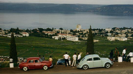 Im israelischen Galiläa haben Touristen ihre Autos auf einem Hügel geparkt, um ein Fußballspiel zu verfolgen.