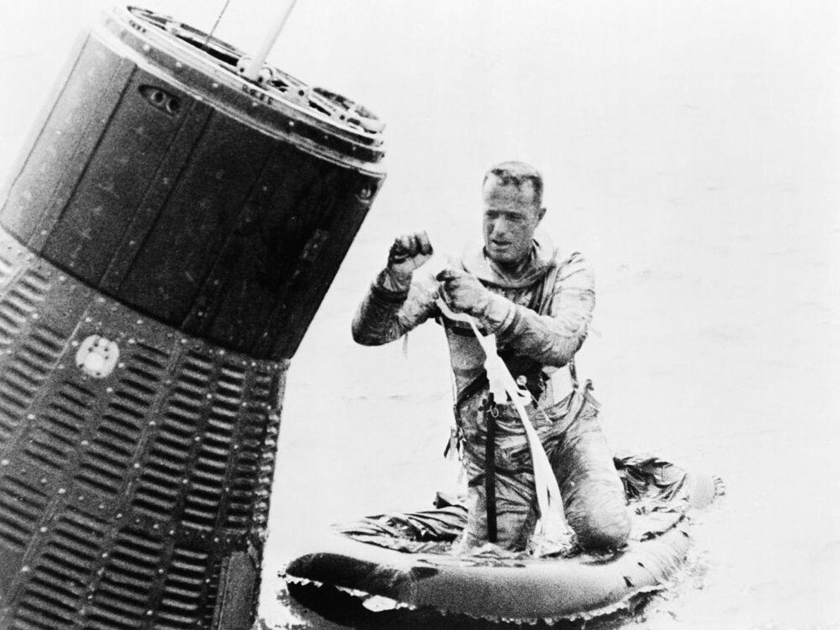Der Astronaut Scott Carpenter sichert sein Rettungsfloß während des Trainings für den Ausstieg aus seiner gewasserten ...