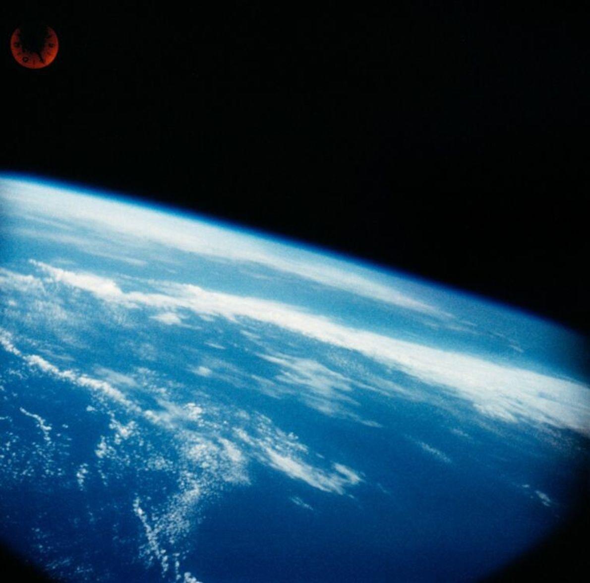 Wally Schirra nahm eine stark modifizierte Hasselblad-Kamera mit in den Weltraum. Die Bilder von der Erde, ...