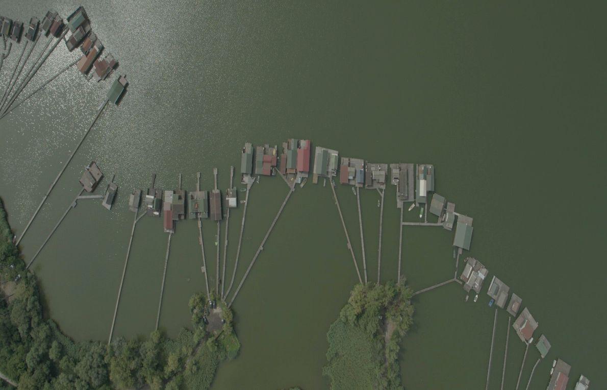 Ungarn: Die einzigartigen Häuser des Bokodi-Sees bilden ein schwimmendes Dorf, das entstand, als die örtlichen Wiesen ...
