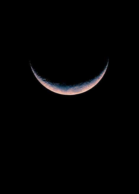 Die Mondsichel hängt über Kepler Station.