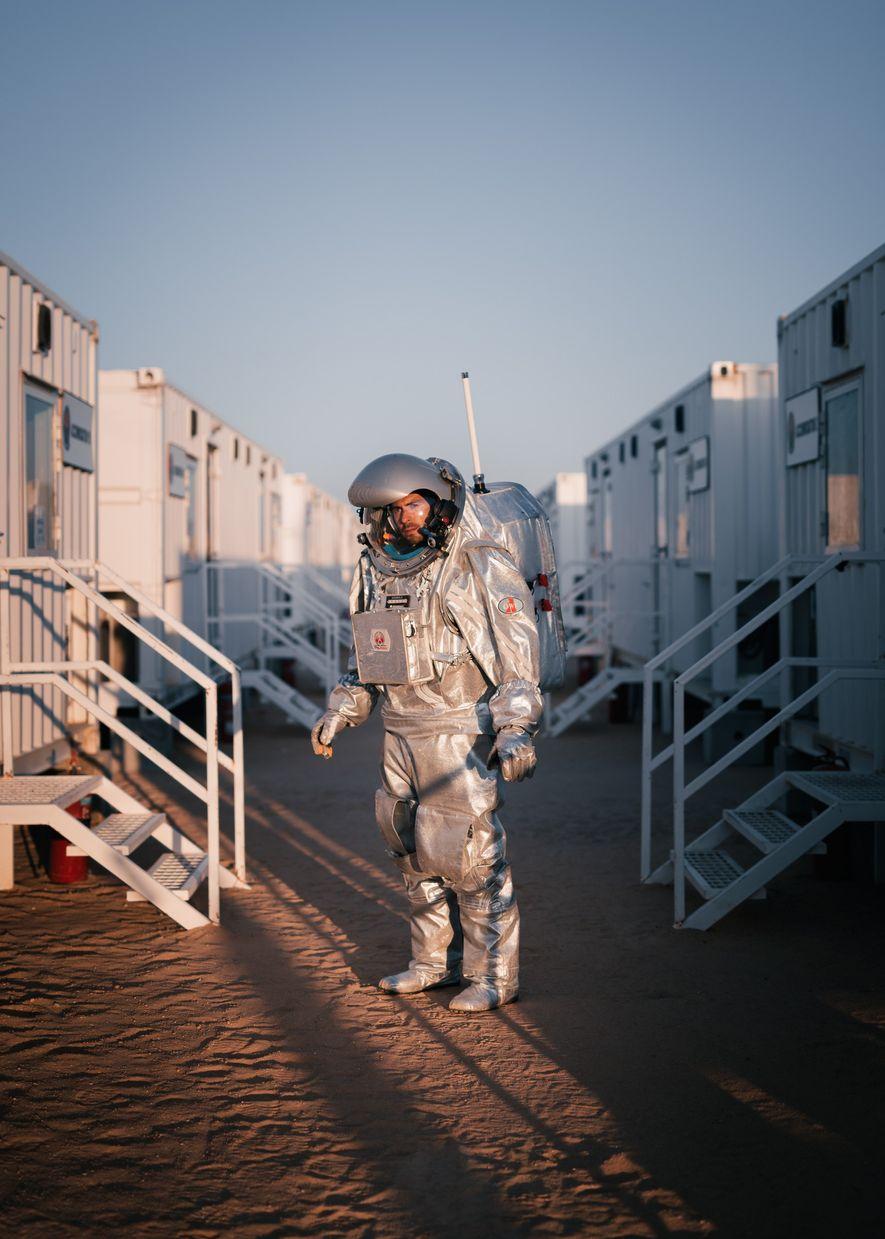 Der Analogastronaut João Lousada läuft an den Crewquartieren von Kepler Station vorbei, nachdem er von einem ...
