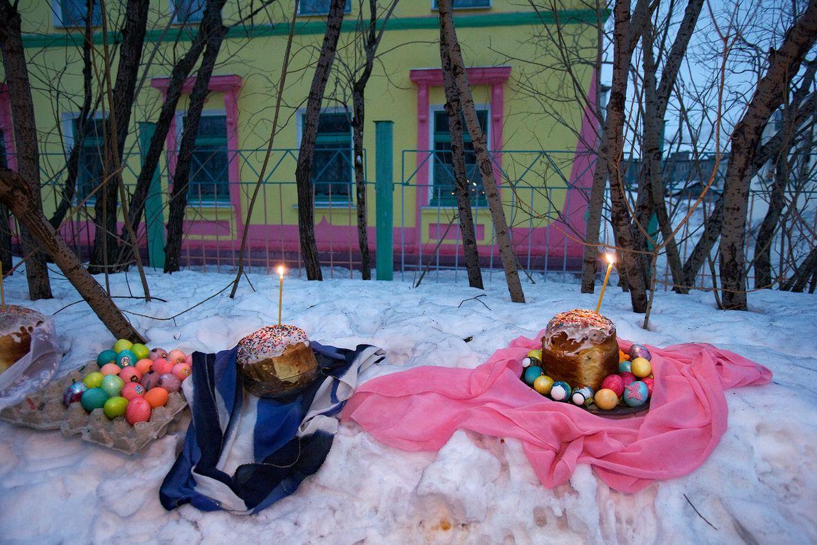 Ostereier, Kuchen und Kerzen