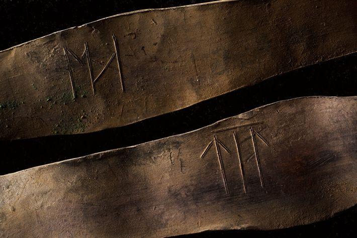 Diese zwei Armreifen mit alten Runen stammen aus der oberen Schicht des Fundes.
