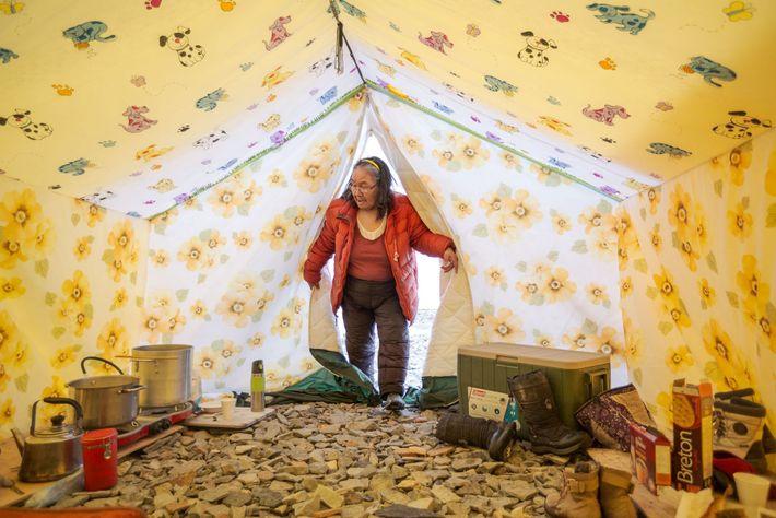Tootalik Ejangiaq betritt ihr Zelt im Frühlingslager, wo sie jungen Menschen das traditionelle Wissen der Inuit ...