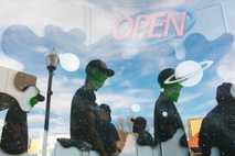 High-School-Schüler sind zum Spring Break 2017 nach Roswell in New Mexico gereist und laufen mit Alienmasken ...