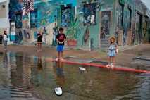 Spielende Kinder im Wasser
