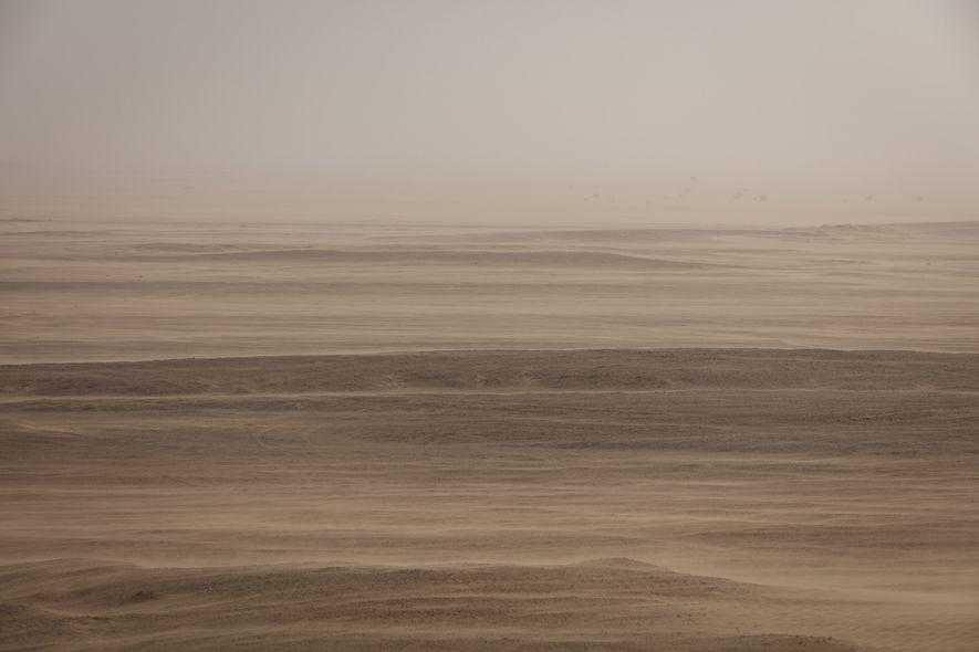 Ein Sandsturm taucht die Wüste und den Himmel über der Region Dhofar im Oman in marsianische ...
