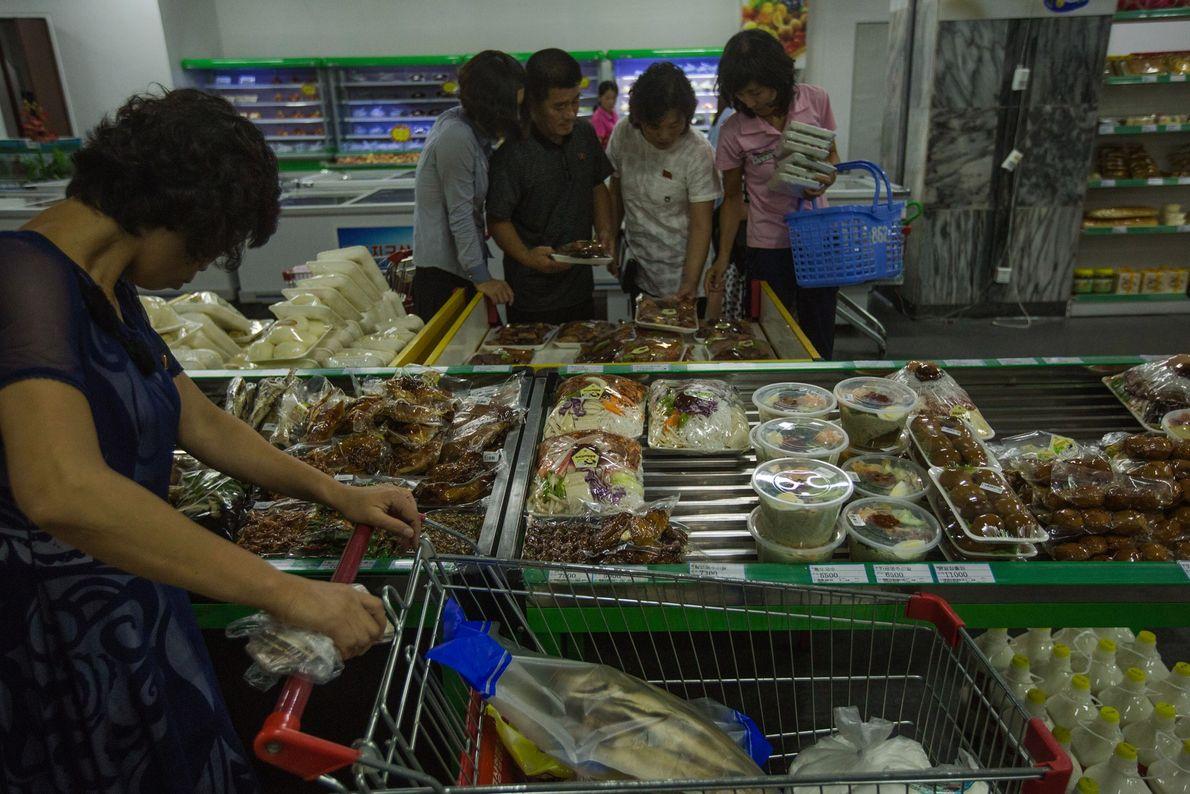 Menschen in Supermarkt