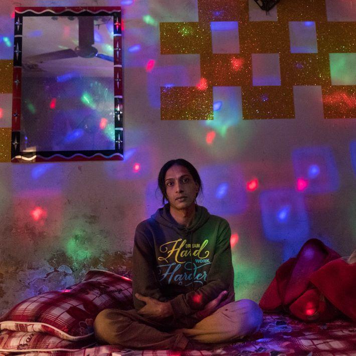 Saleema, eine Transgender-Frau, wartet in ihrem Zimmer im Rotlichtviertel von Lahore auf einen Besucher. In Pakistan ...