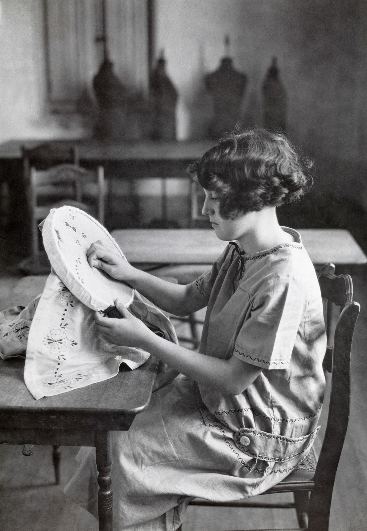 Ein junges Mädchen, das eine öffentliche Schule in Puerto Rico besucht, lernt Sticken.