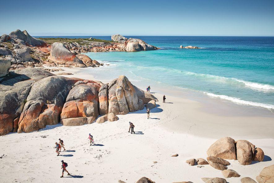Die Bay of Fires (Feuerbucht) an der nordöstlichen Küste Tasmaniens erhielt ihren Namen aufgrund der Lagerfeuer ...