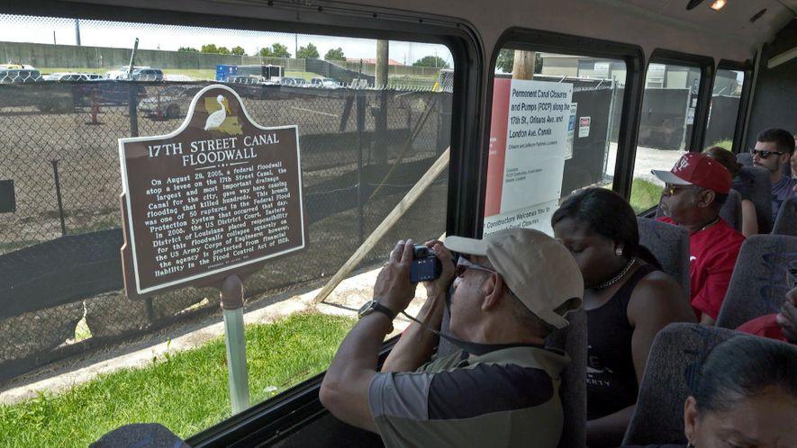 Überlebender des Hurrikans Katrina zeigt Touristen die Zerstörung