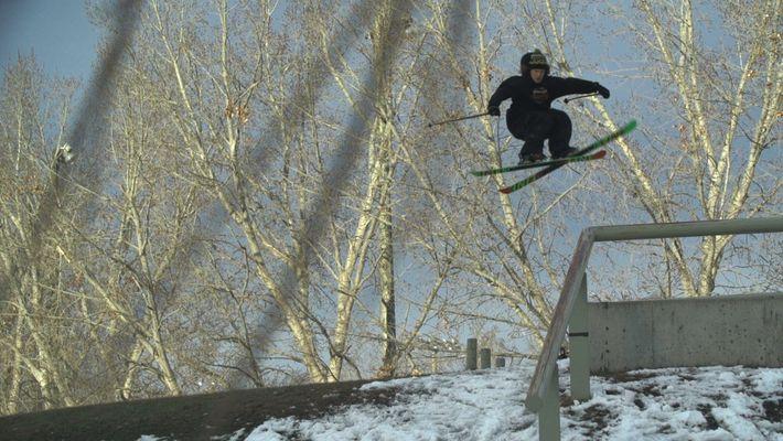 Freeskier springt schwierigen Urban-Trick mit links
