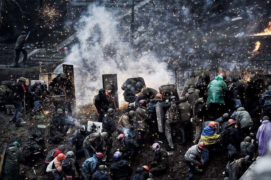 Hunderte von bewaffneten Demonstranten liefern sich am 20. Februar 2014 ein Gefecht mit der Polizei in ...