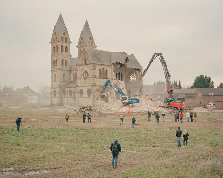 Zugunsten der Vergrößerung des Tagebaus Garzweiler II wurde die Kirche St. Lambertus in Immerath im Januar ...