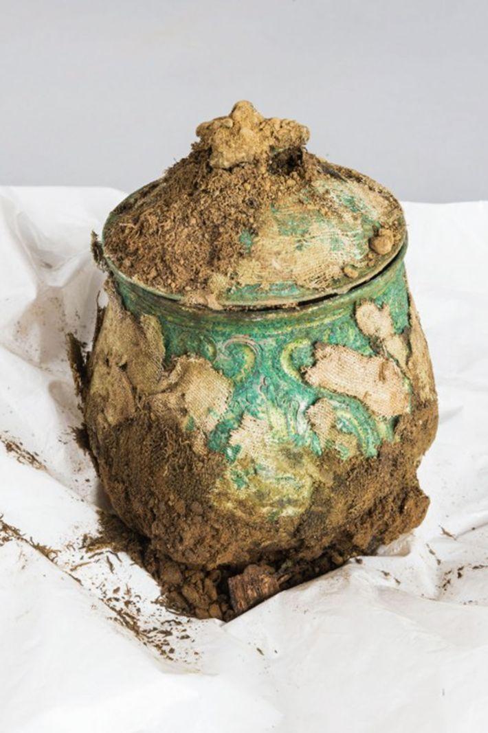Eines der bemerkenswertesten Objekte des Schatzes war dieses kunstvoll gefertigte karolingische Gefäß. Es war mit Stoff ...