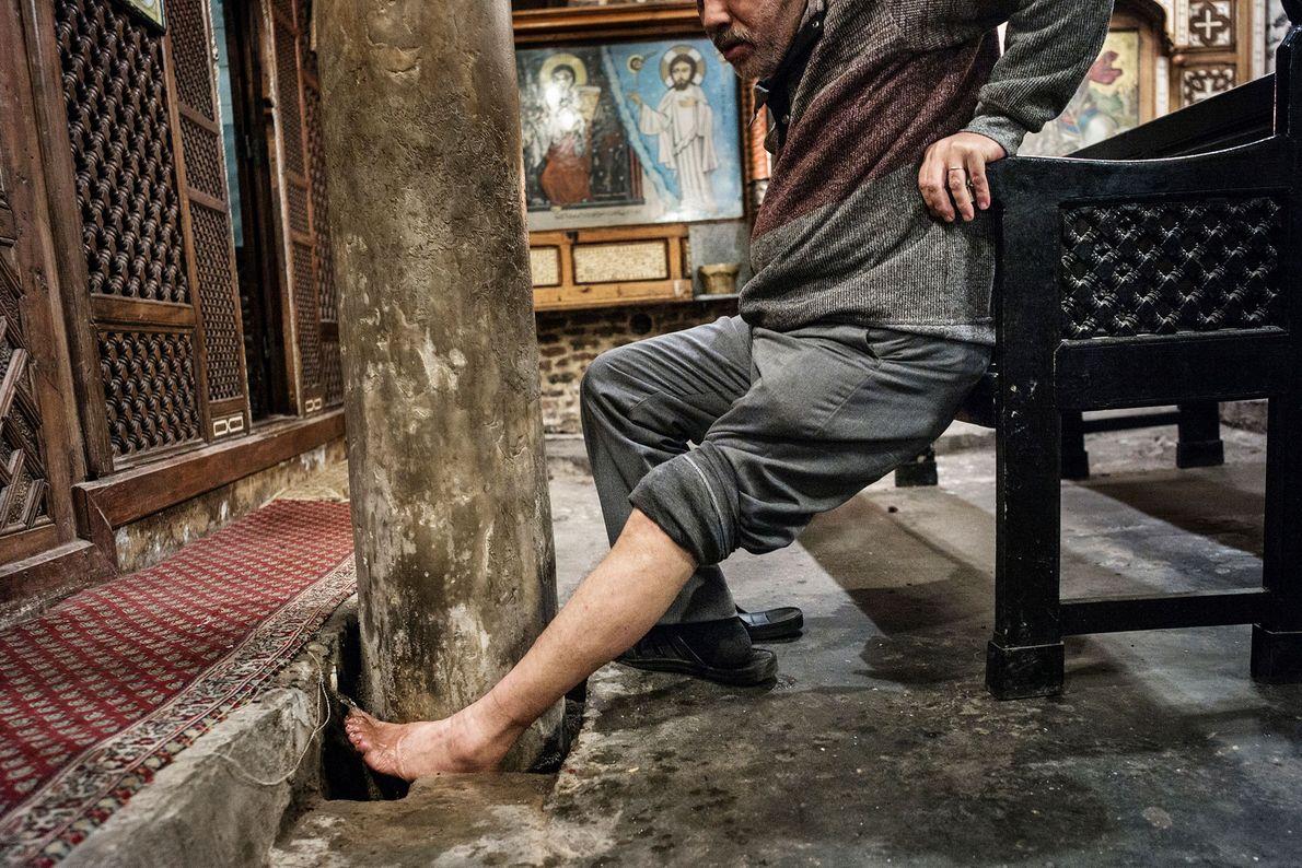 Mann wäscht Bein