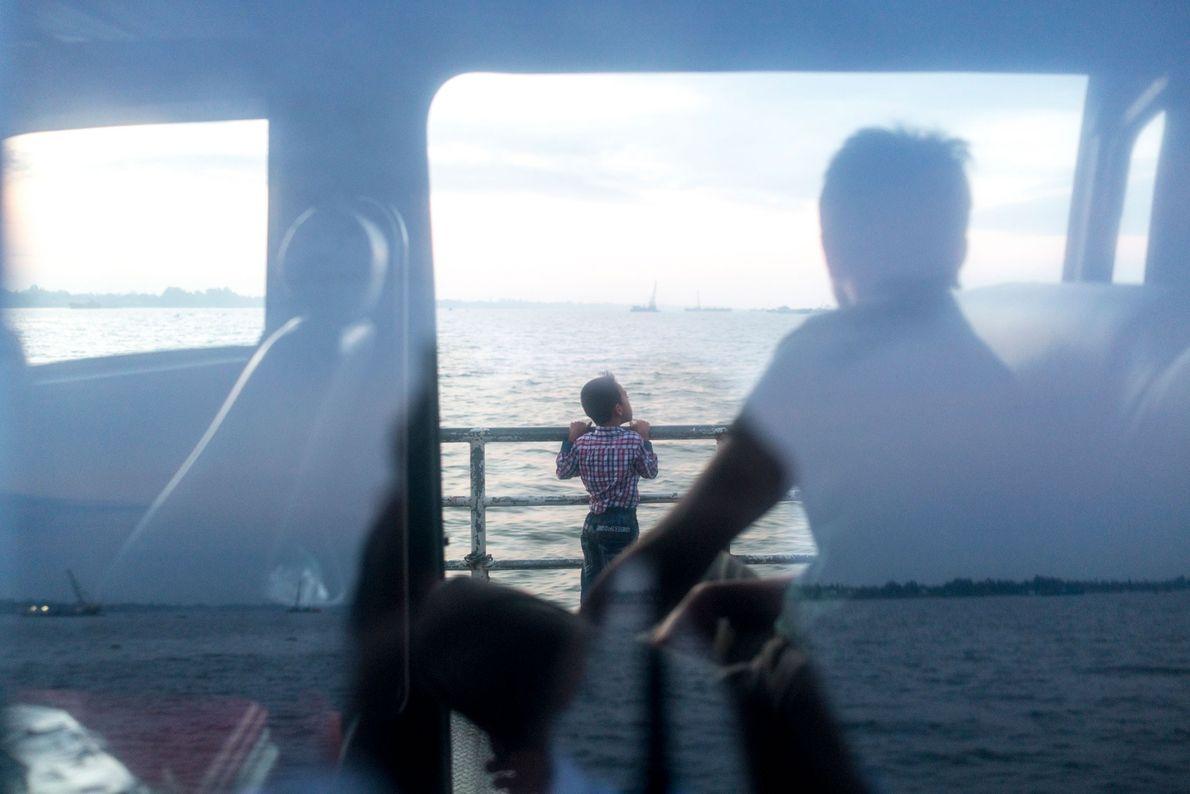 Passagiere überqueren den Tien auf einer Fähre