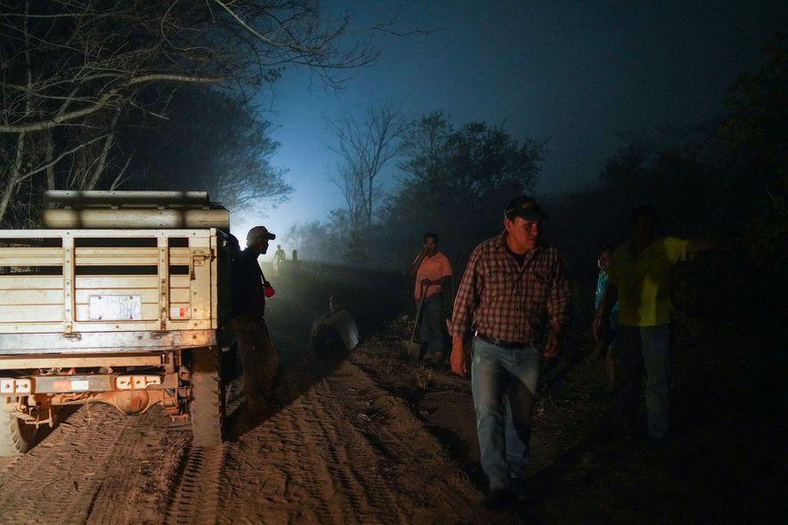 Freiwillige Helfer aus der Stadt San Lorenzo bereiten sich auf ihren Einsatz vor. Sie müssen neue ...