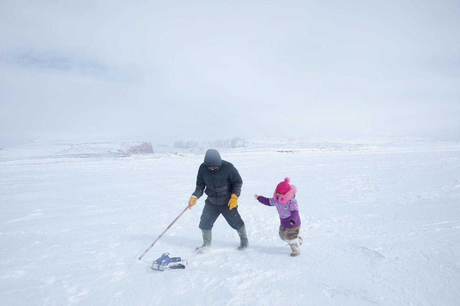 Darcy Enoogoo zieht für seine Tochter Alana ein kleines Schneemobil an einer Schnur. Auf ihrer neunstündigen ...