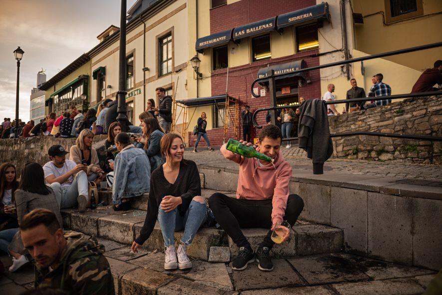 In Spanien versammeln sich die Einheimischen um Gijóns alten Hafen, in dem lokal hergestellter Sidra (Apfelwein) ...