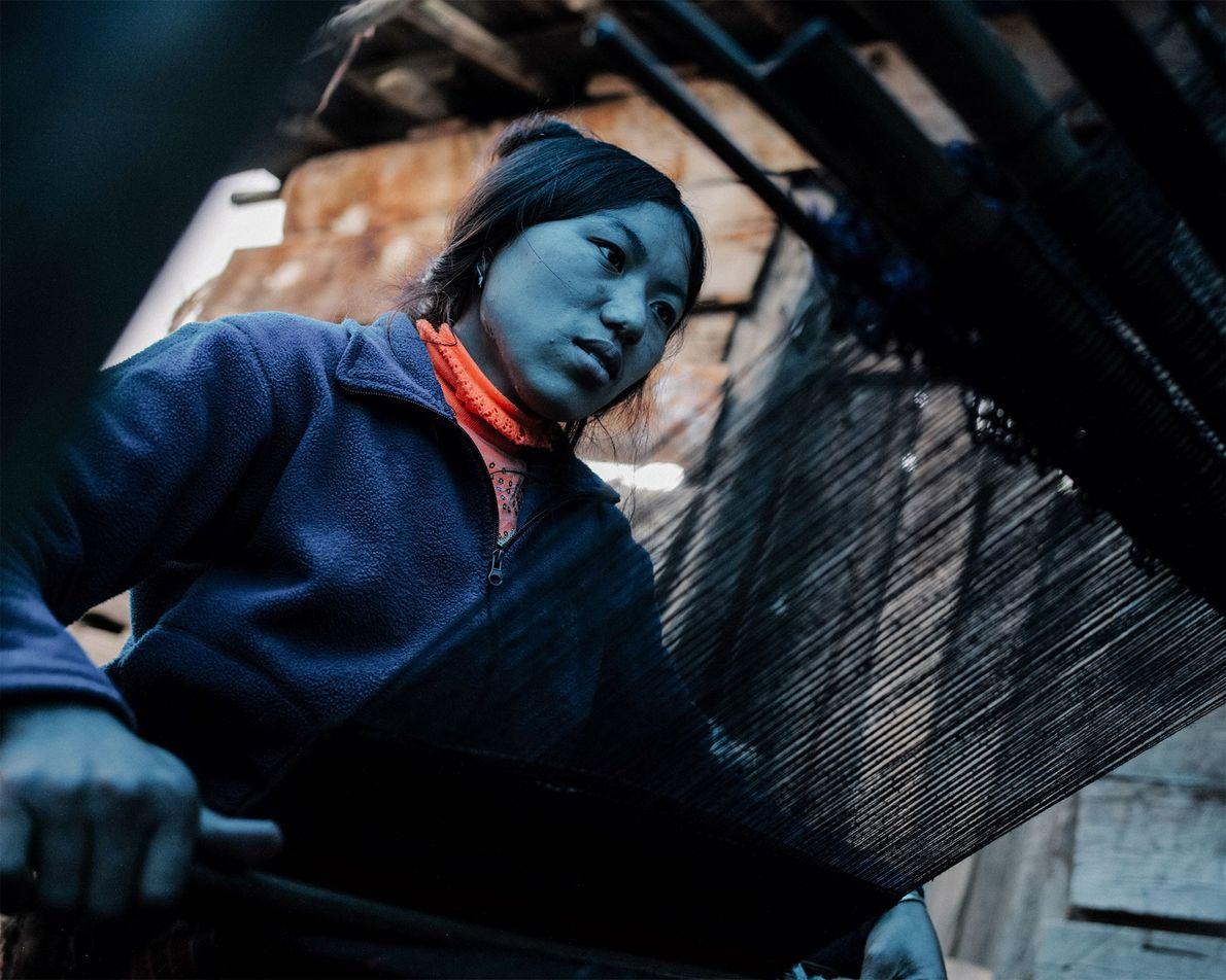 Die 22-jährige Sonam webt aus Yak- und Schafswolle ein Tuch. Die Fertigkeit ist in Bhutan Frauensache ...
