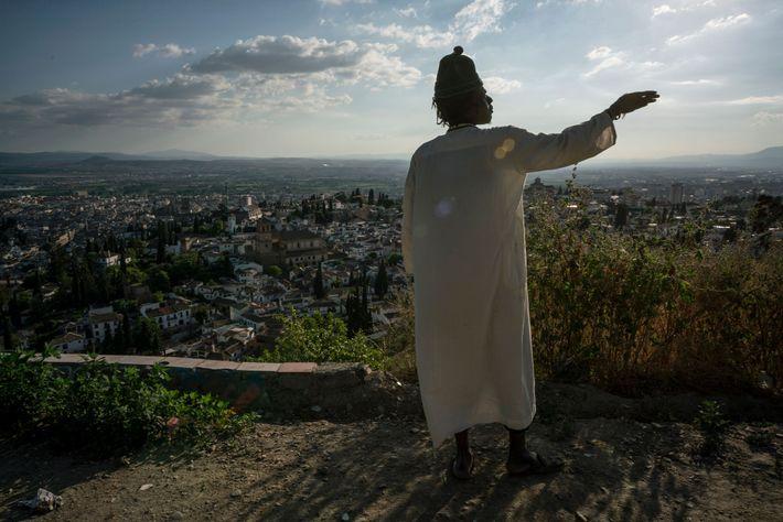 Mbacke steht vor seiner Höhle und kann von dort aus Granada überblicken.