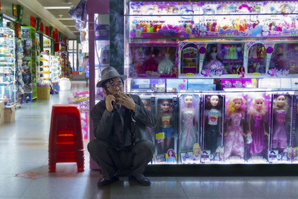 Rauchender Mann im Market Trade Center