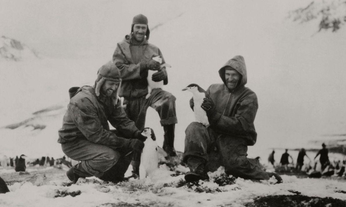 Leutnant Carl Eielson (rechts) und andere Mitglieder der Wilkins-Hearst-Südpolarexpedition