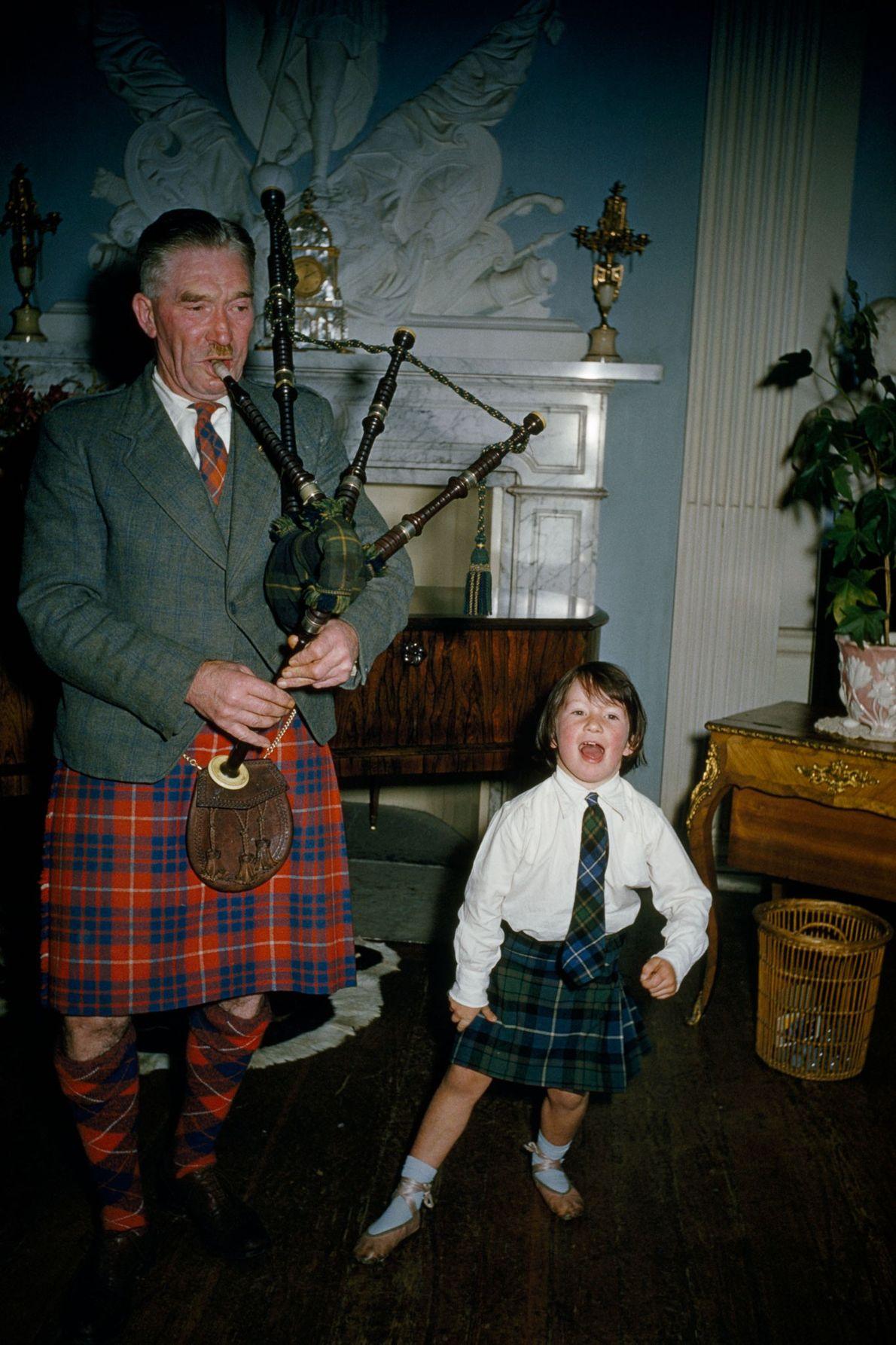 Während der Großvater bei Montrose in Schottland den Dudelsack spielt, tanzt seine Enkelin den Highland Fling. ...