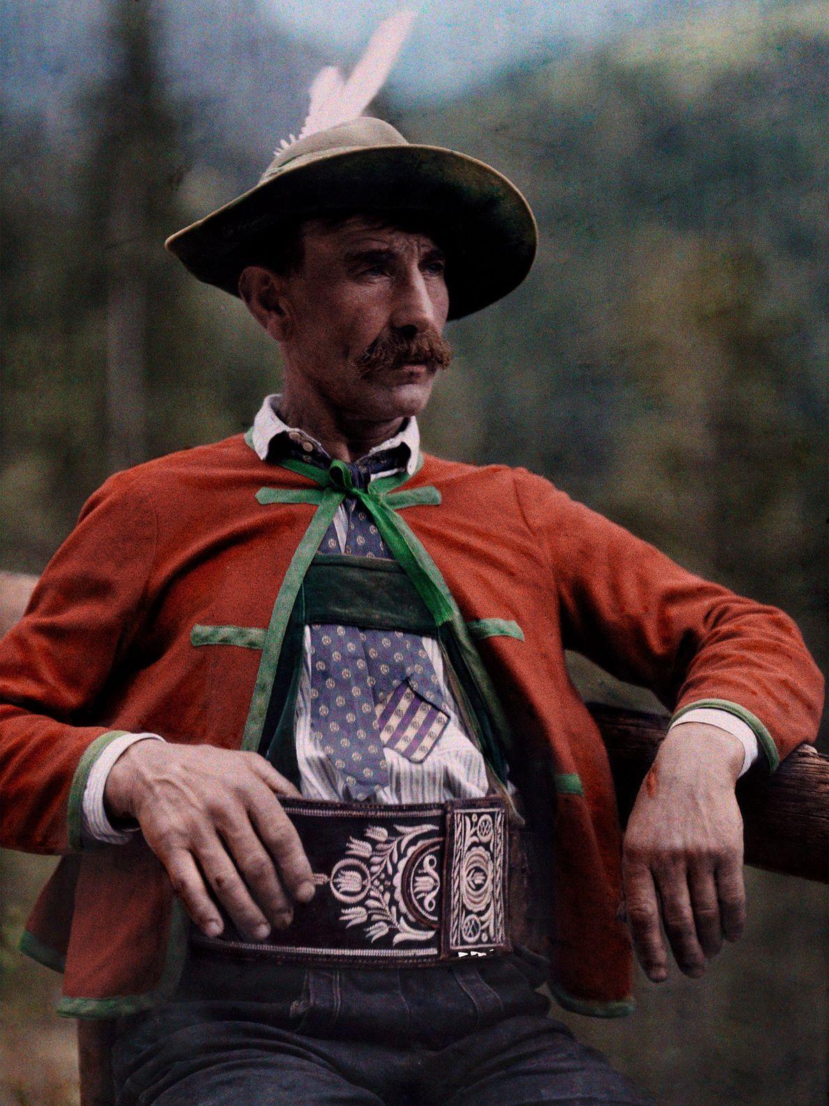 Ein Österreicher mit einem Alpenhut, der mit Federn verziert ist.