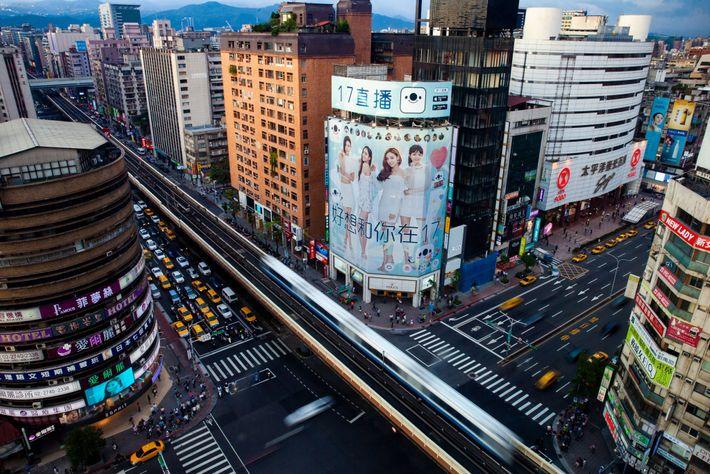 Im Bezirk Da'an von Taipeh hat 17Media eine 30 Meter hohe Werbetafel über einem Rolex-Geschäft gekauft. ...