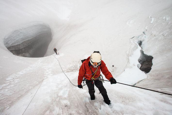 Der Wissenschaftler Neil Marchington seilt sich zum Eingang der Godzilla-Höhle ab, die 2013 entdeckt wurde. Dort ...