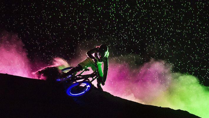 Leuchtende Mountainbiker erhellen die Nacht