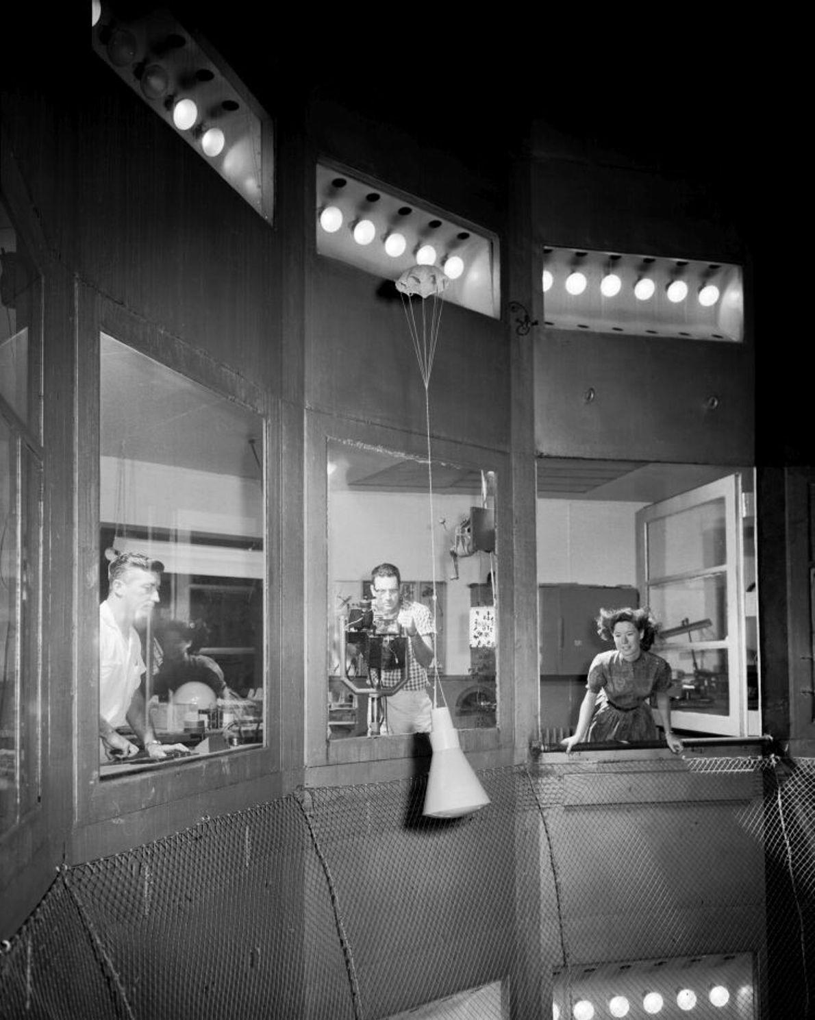 Ein Modell der Mercury-Kapsel im Langley Research Centre Spin Tunnel, 1959. Das Raumfahrzeug trat mit Tausenden ...