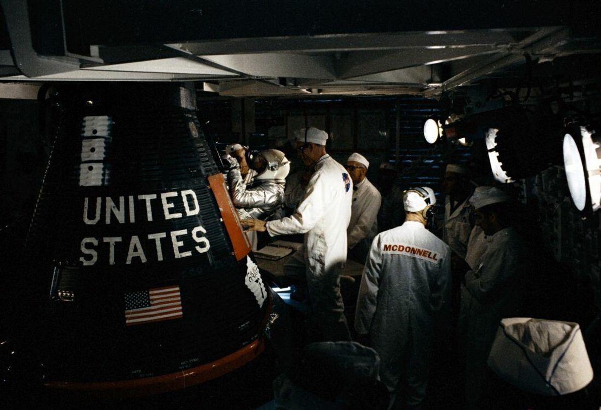 Gordon Cooper wird am 15. Mai 1963 in die Kapsel des letzten Mercury-Fluges MA-9 gesetzt. In ...