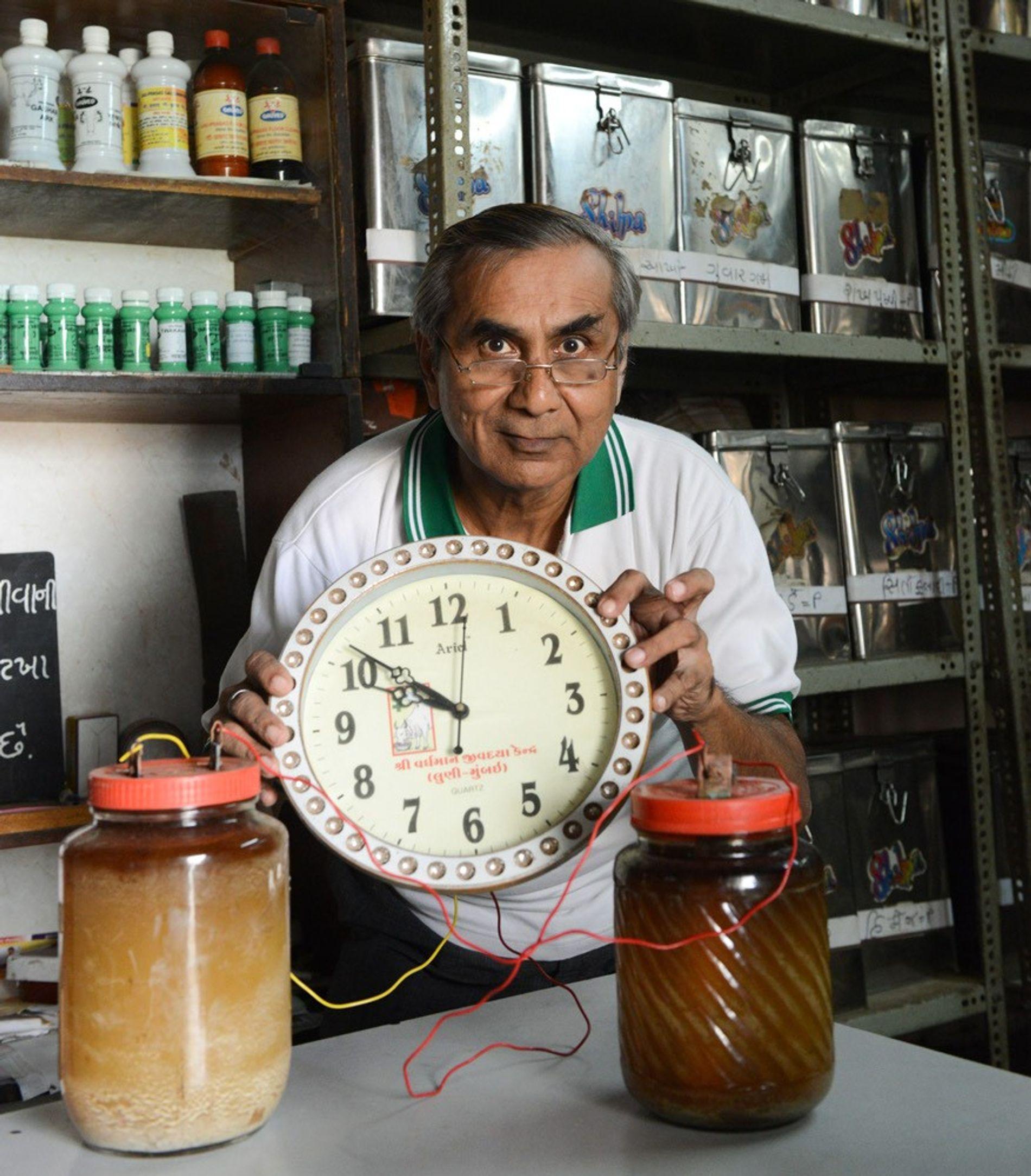Hirenbhai Bheda präsentiert eine Wanduhr, die mit dem Urin von Kühen betrieben wird. Luni, Indien, 5. ...